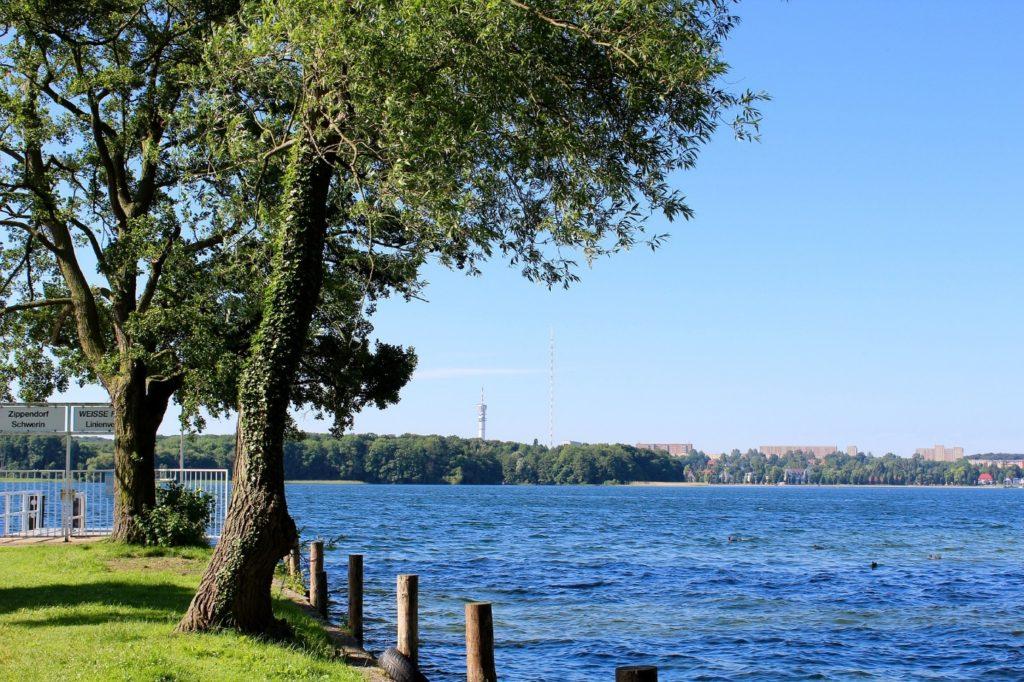 Panorama eines Sees mit Landstück in Schwerin